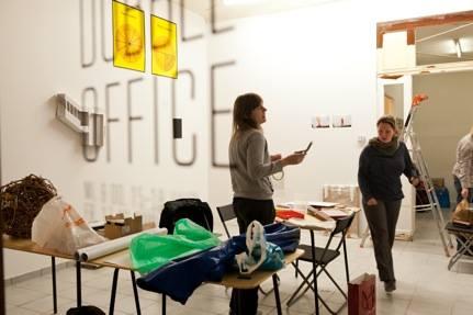 DubbelOffice, Het Wilde Weten Künstler und Opekta Künstler arbeiten im Projektraum in der Mathiasstraße